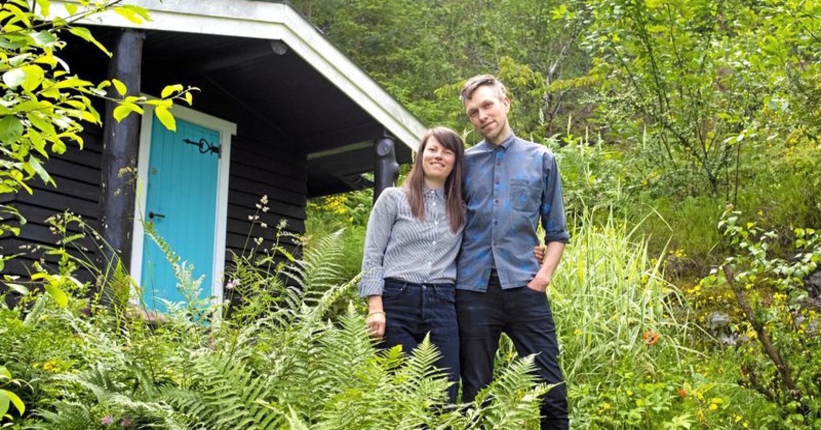 HYTTEFOLK: Tine Eide (28) og Hans Kristen Hyrve (34) selde nyleg leilegheita si i Oslo by og kjøpte seg hytte på Nesodden – ei hytte dei bruker som heilårsbustad. FOTO: Fredrik Hagen / NTB scanpix