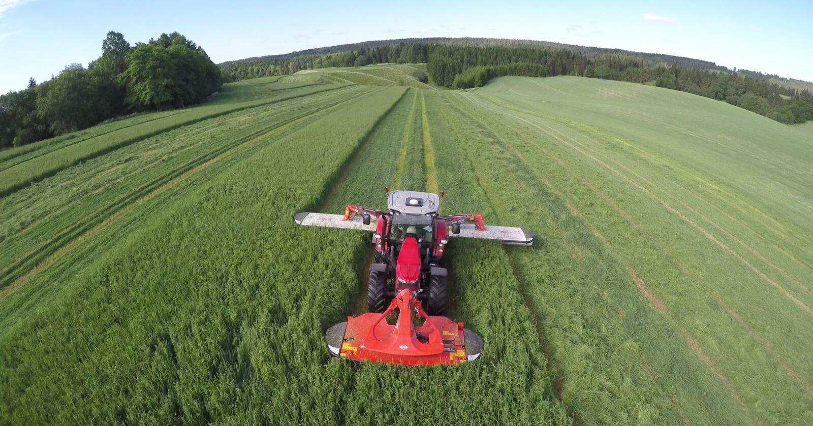 Hva koster det å få grasslåtten utført med en ni meters slåmaskin? Svaret finner du i vår prisliste. Arkivfoto: Norsk Landbruk