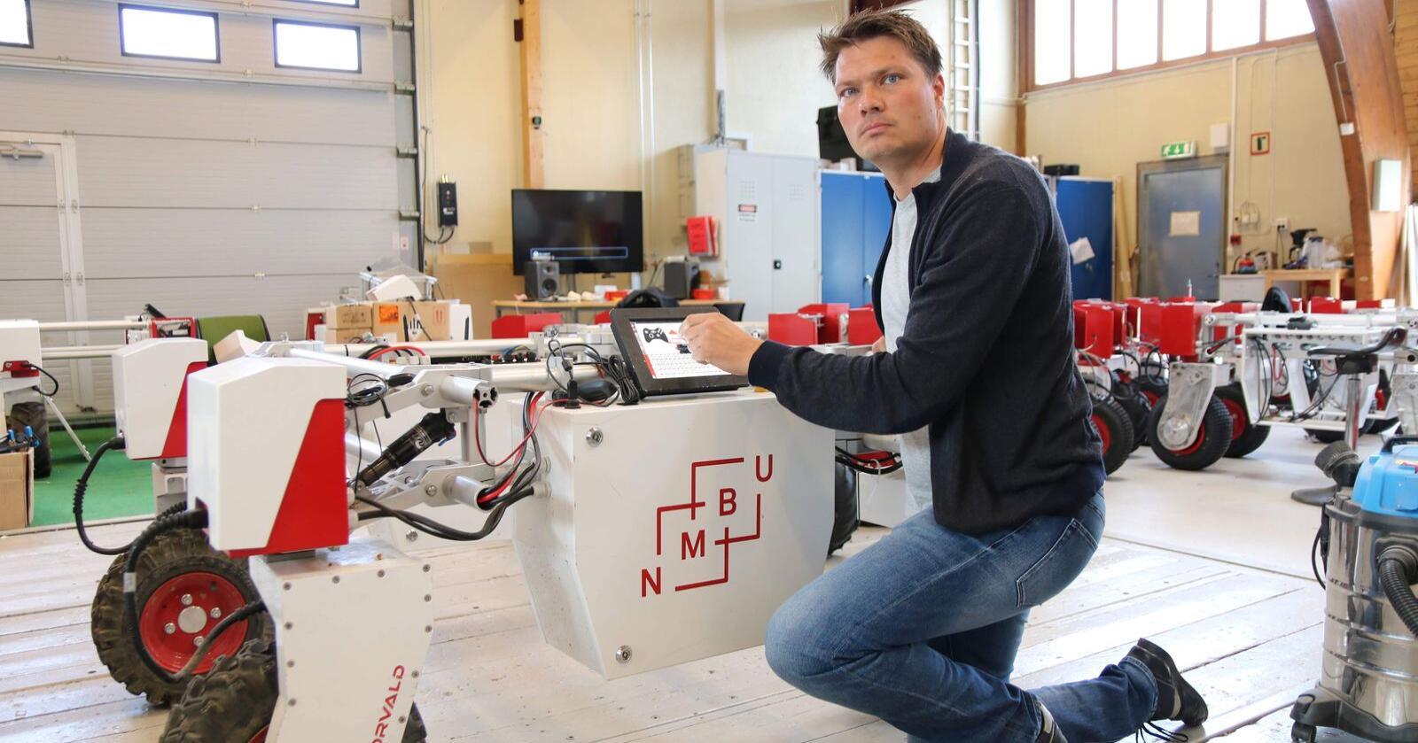 – Med tiden vil nok robotene gjøre så mange som mulig av de oppgavene som må gjøres ute på jordet, sier professor Pål Johan From.Foto: Dag Idar Jøsang / Norsk Landbruk