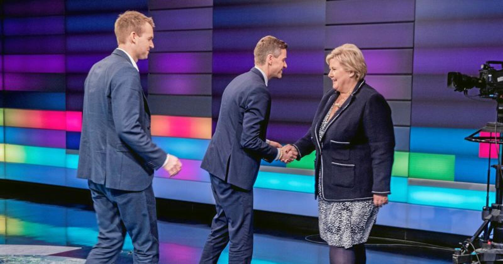 Kjell Ingolf Ropstad (tv) og Knut Arild Hareide hilser på Erna Solberg under Debatten i NRK. Nå skal partiene forhandle. Foto: Terje Pedersen / NTB scanpix