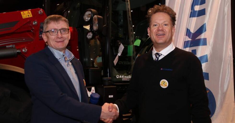 Sigbjørn Westreng (t.v.) selger Westreng Maskinforretning til A-K maskiner og direktør Erik Grefberg. Foto: Dag Idar Jøsang