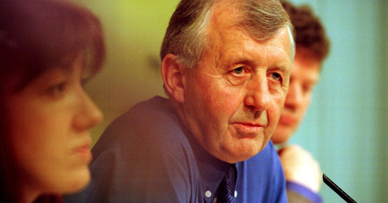 Gått bort: Gudmund Restad var lensmann og senterpartipolitiker. Han var finansminister under den første Bondevikregjeringen. Bildet er fra 1998. Foto: Berit Roald / NTB