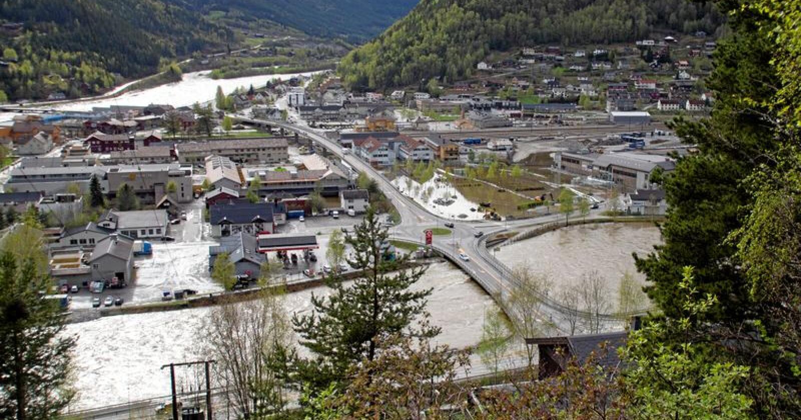 Otta, sentrum i Sel kommune, ble hardt rammet under helgas flom. NVE mener det er behov for 45 millioner kroner i flomsikring i kommunen. Foto: NTB scanpix