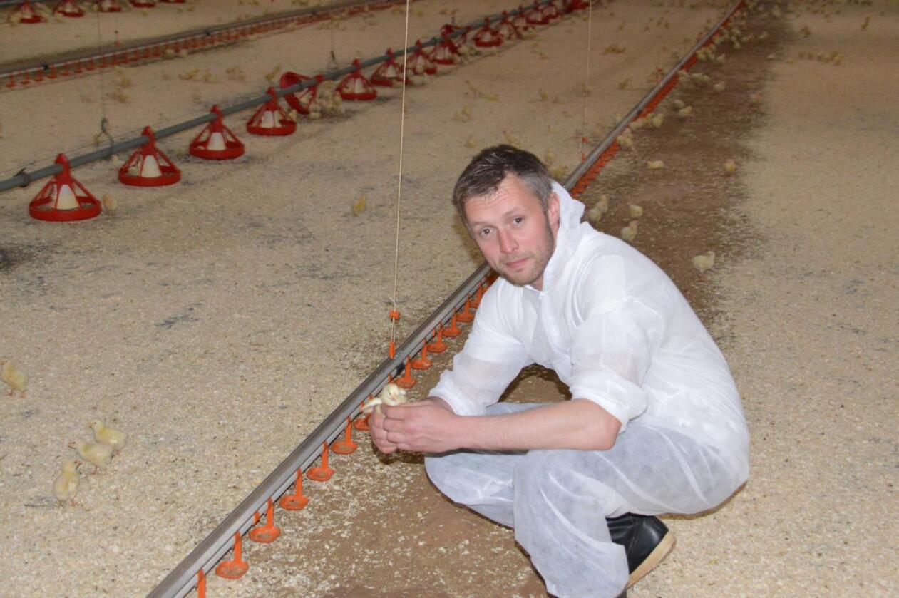 Vi bestemme selv: Sivert Moen er kyllingbonde, og driver også med melk. – Vi skal ha selvråderett over hvor vi kjøper kraftfôret vårt, sier Moen. (Foto: Privat)