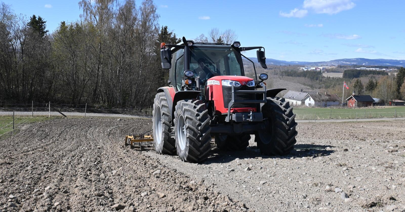Massey Ferguson registrerte 62 nye traktorer i mai. Her er MF 4710M i aksjon. Foto: Espen Opheim