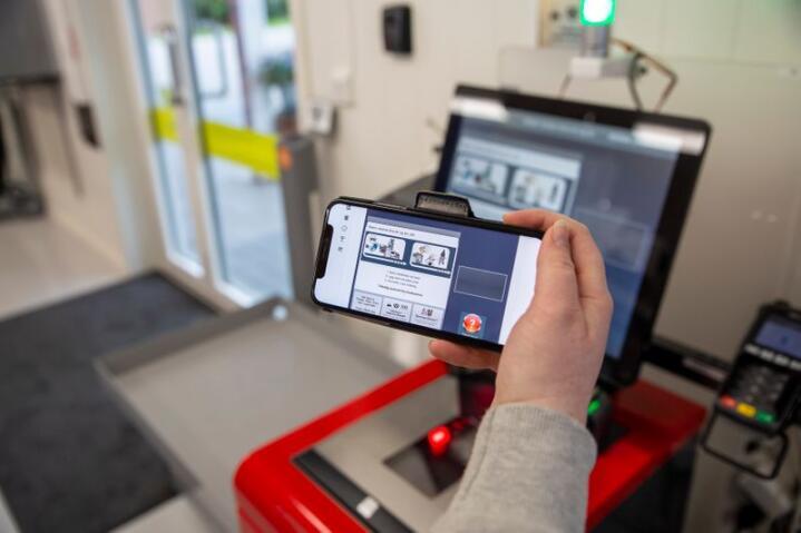 App til kassa i Hegna Landhandel, den første sjølvbetente og døgnopne landhandelen i Noreg.