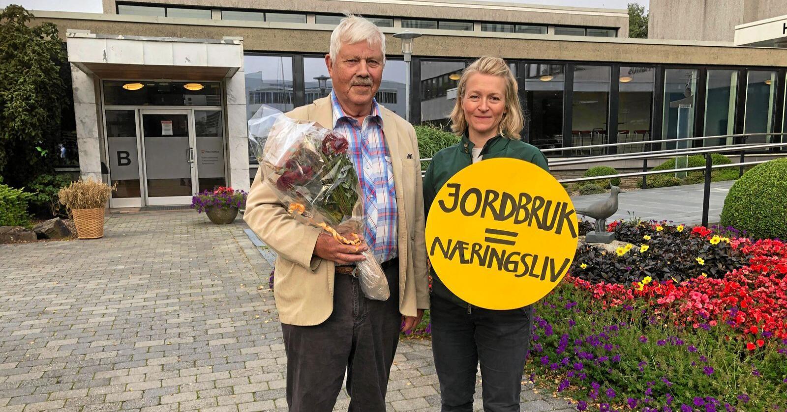 Her er Tarald Oma sama med redaktør i Bondevennen, Bothild Nordsletten. Foto: Redd Re/Svertingstad