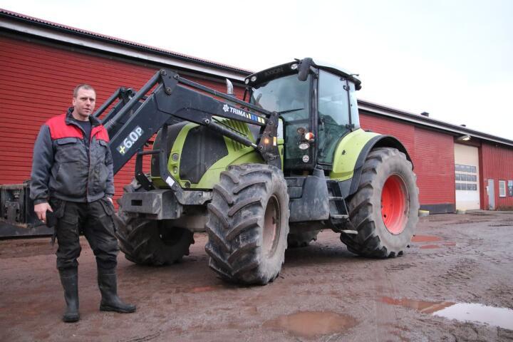 FUNNET: Denne traktoren, en Claas Axion 2008-modell, ble stjålet fra Melsom ei høstnatt i 2016. To år senere ble traktoren funnet i Polen. Da kjøpte Bjørn Dybo Breivik traktoren tilbake. Foto: Knut Houge