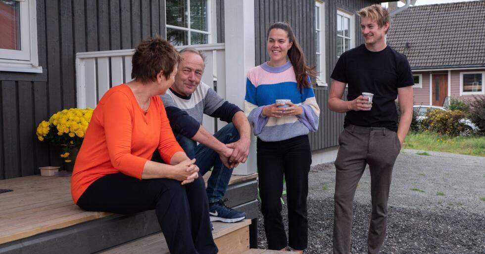 Irene og Einar Eik slår av en prat med sønnen Bjørnar og                                        hans kjæreste Ingrid Hetland, som har flyttet inn i deres                                        gamle hus. Foto: Chris Wilhelmsen