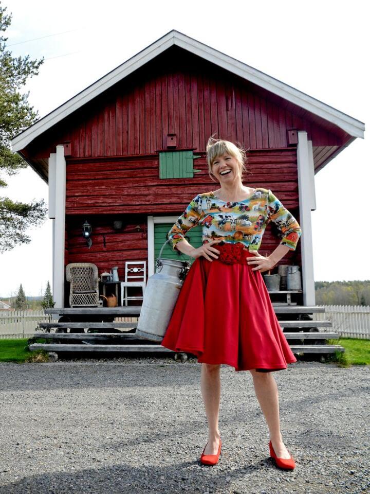 Line Rønning er til daglig fysioterapeut, den store hobbyen er å sy behagelige, brukervennlige kjoler, gjerne med motiver fra landbruket eller gamle biler. Foto: Mariann Tvete.