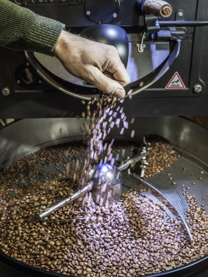 NYBRENT: Kaffen er ferdig brent og helles ut på risten til avkjøling.   FOTO: Ole Berg-Rusten / NTB scanpix /