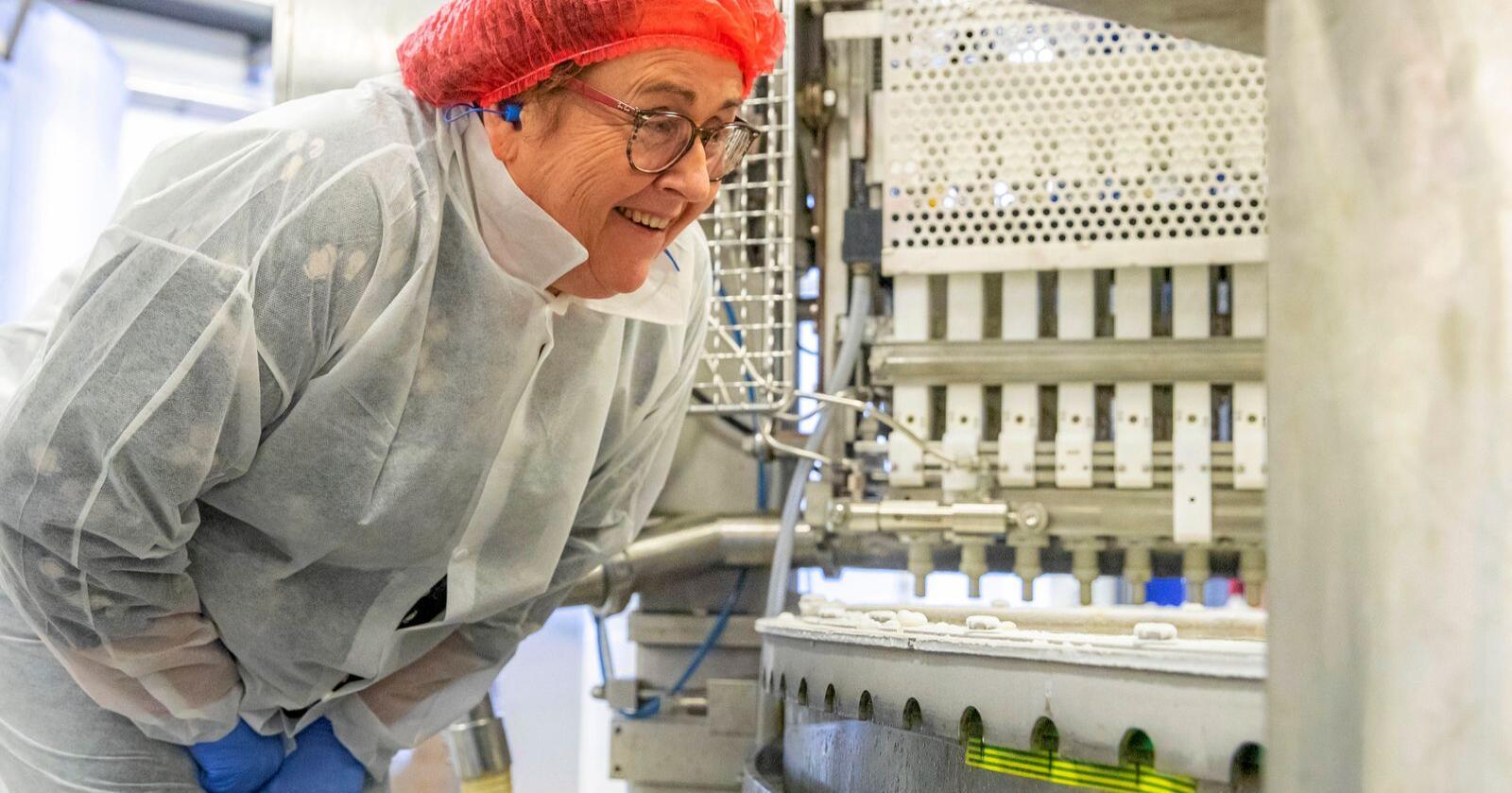 Landbruks- og matminister Olaug Bollestad (KrF) vil at Norge skal bli internasjonalt kjent som en matnasjon. I februar fikk hun innføring i iskremproduksjon på Diplom-Is på Gjelleråsen. Foto: Håkon Mosvold Larsen / NTB scanpix