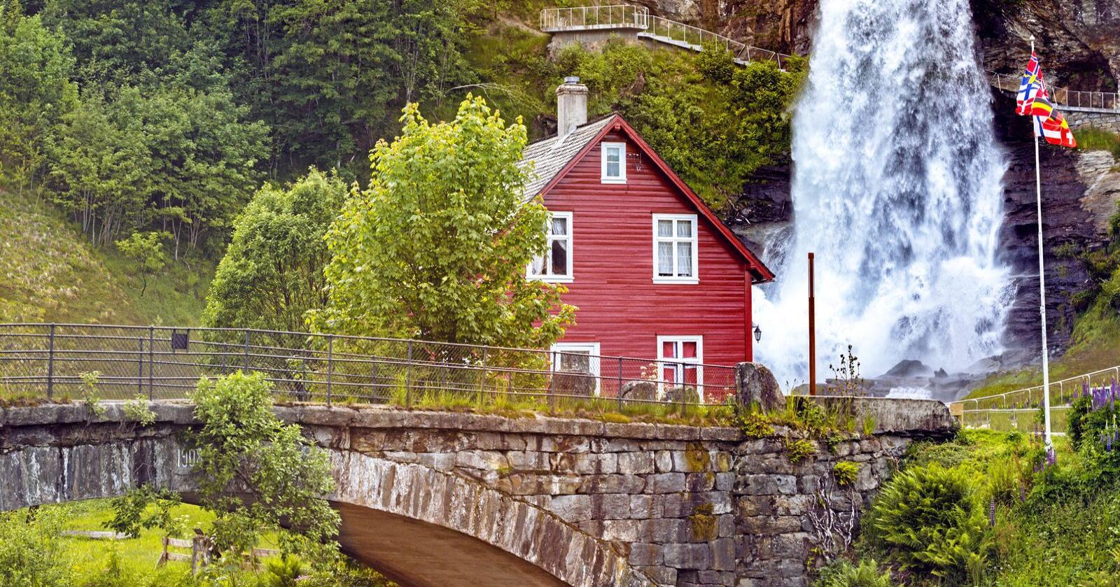 Mange vil tilbringe feriedagene i Distrikts-Norge, det vil si i en kommune uten åpent lensmannskontor og med store avstander til nærmeste patrulje, skriver artikkelforfatterne. Her fra Steinsdalsfossen i Hardanger. Foto: Mostphotos