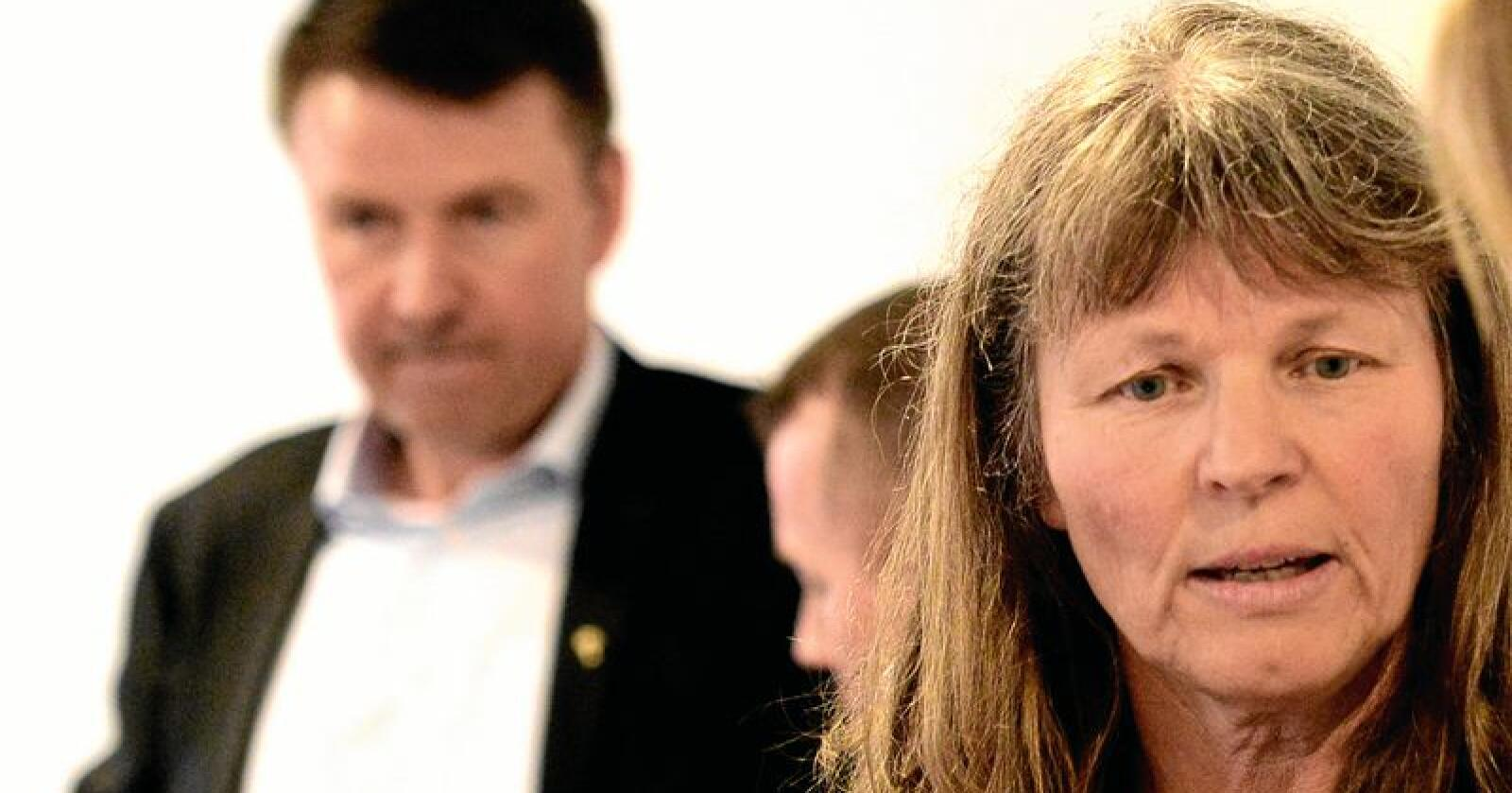 Avmakt: Kjersti Hoff og Småbrukarlaget sier jevnlig nei til staten. Makten og pengene havner hos Lars Petter Bartnes og Bondelaget (bak). Foto: Siri Juell Rasmussen