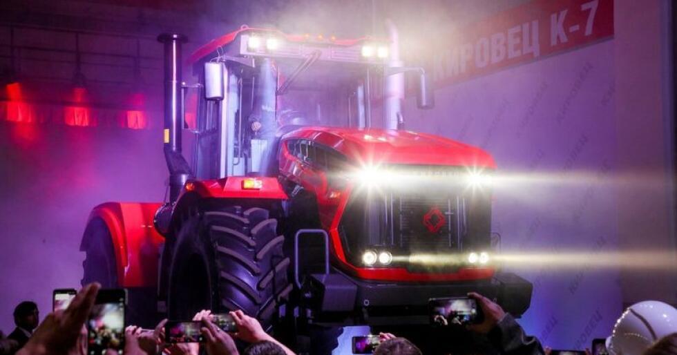 Den nye generasjonen Kirovets K-7 ble for kort tid siden vist fram ved fabrikken i St. Petersburg. Blandt sermoniens gjester fantes Russlands landbruksminister, Dmitrij Kozak. (Foto: agroportal24h)