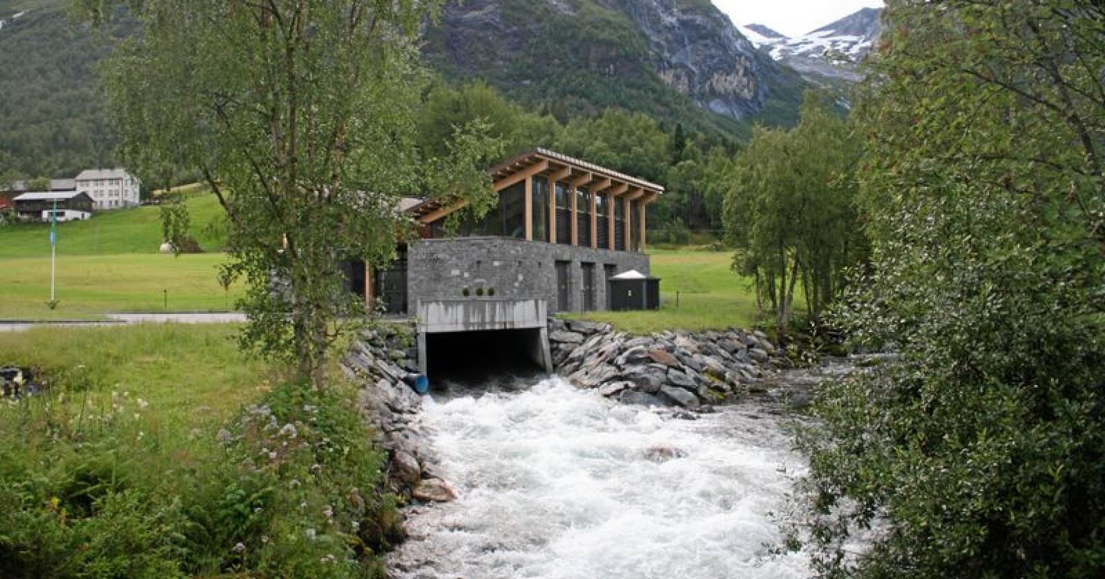 Flere småkraftverk kan gå konkurs dersom de blir pålagt grunnrenteskatt. Her Litlebø kraftverk i Sunnylven i Stranda kommune på Sunnmøre i Møre og Romsdal som er eid av bønder. Foto: Bjarne Bekkeheien Aase
