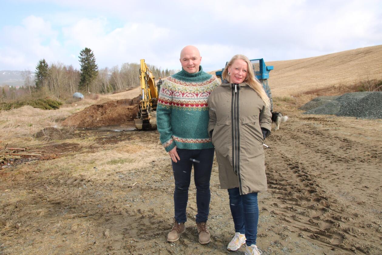 FORSINKELSE: PÅ denne plassen skal Kristian Elgseter og Veronika Holder Bjørk få satt opp et nytt kyllingfjøs, men prosjektet er forsinket med tre måneder på grunn av sein leveringen av stål og sandwich. Foto: Knut Houge