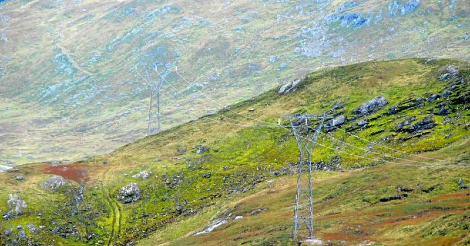 """Utbyggerne og enkelte grunneiere mener oppdemte vann og strømmaster gjør at fjellområdene mellom Høyanger og Gaular ikke kan klassifiseres som """"uberørt natur"""". Foto: Lars Bilit Hagen"""