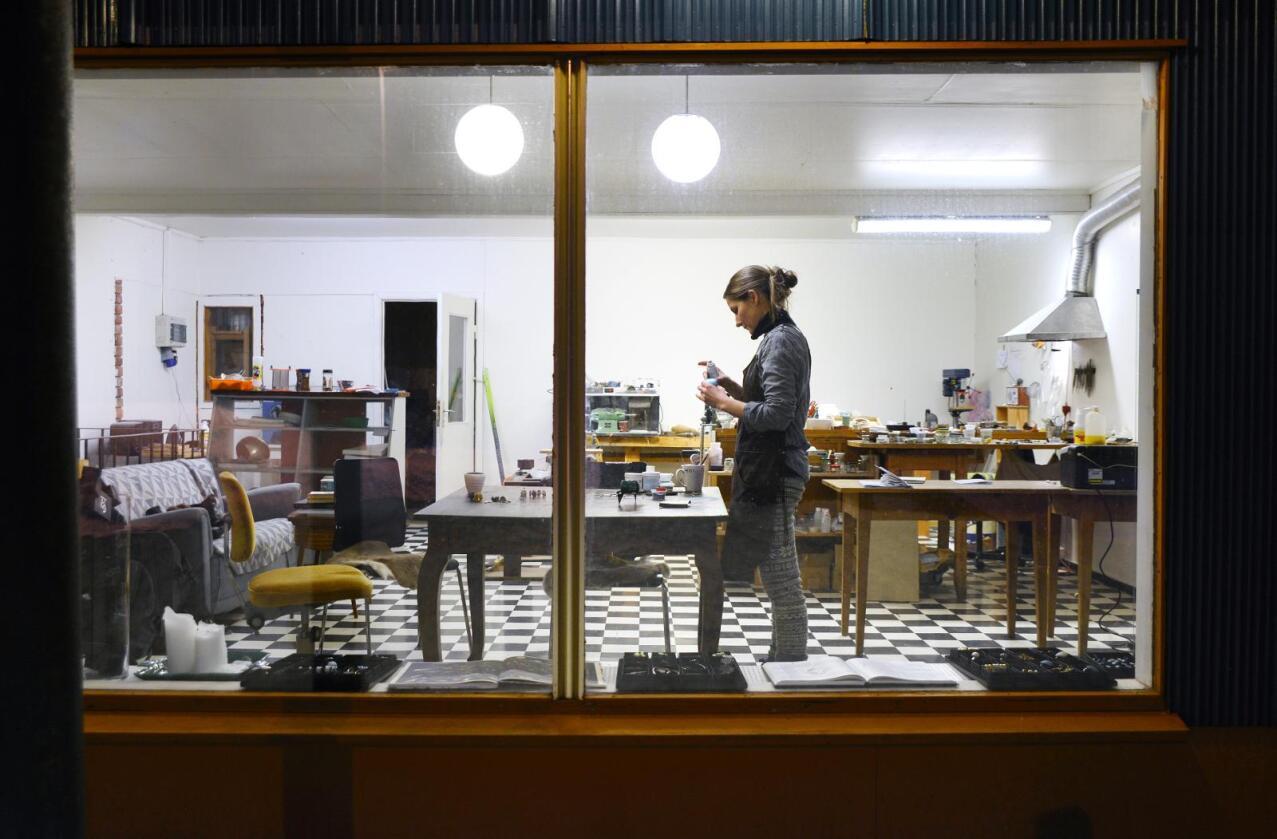 Verkstedarbeider: Både seint og tidlig er det lys og aktivitet i smykkeverkstedet til Linn Sigrid Bratland (38). Hun produserer egne sølv- og emaljesmykker i fjellbygda Edland i Telemark. Alle foto: Mariann Tvete
