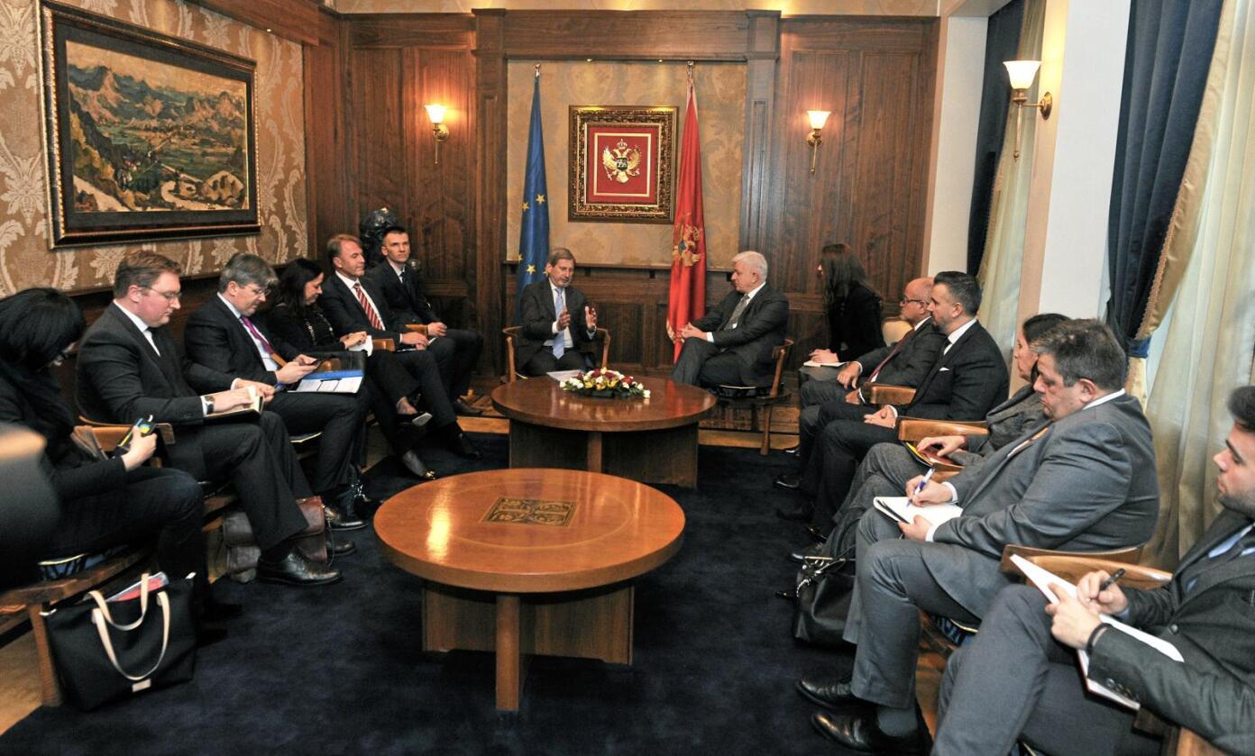 EUs kommissær for utvidelser, Johannes Hahn, møtte Montenegros statsminister Dusko Markovic i Podgorica 9. februar. Foto: Savo Prelevic / EU-kommisjonen