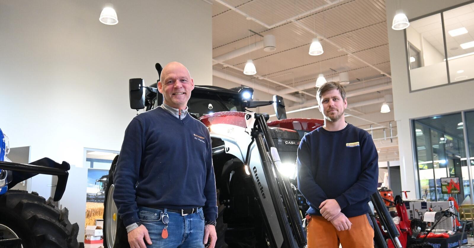 Velkommmen: Tor Majorsæter ( til venstre ) og Mats Oliver Degvold ( til høyre ) ønsker velkommen til nye A-K Gjøvik.