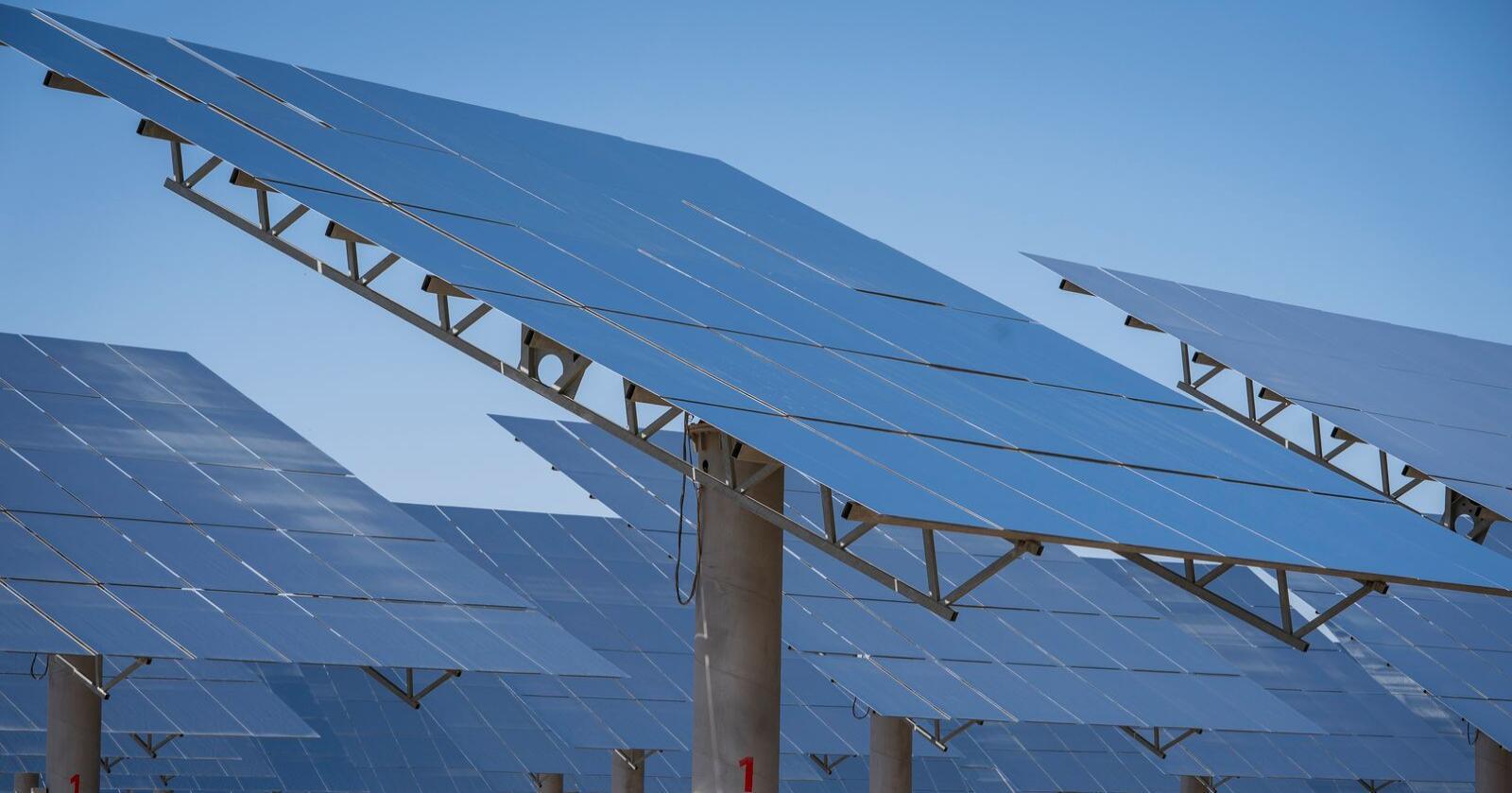 Solkraft ventes å vokse kraftig i årene framover. Bildet viser det gigantiske solkraftverket Gansu Dunhuang Solar Park, som kinesiske myndigheter har bygget i ørkenen ved Dunhuang. Foto: Heiko Junge / NTB scanpix