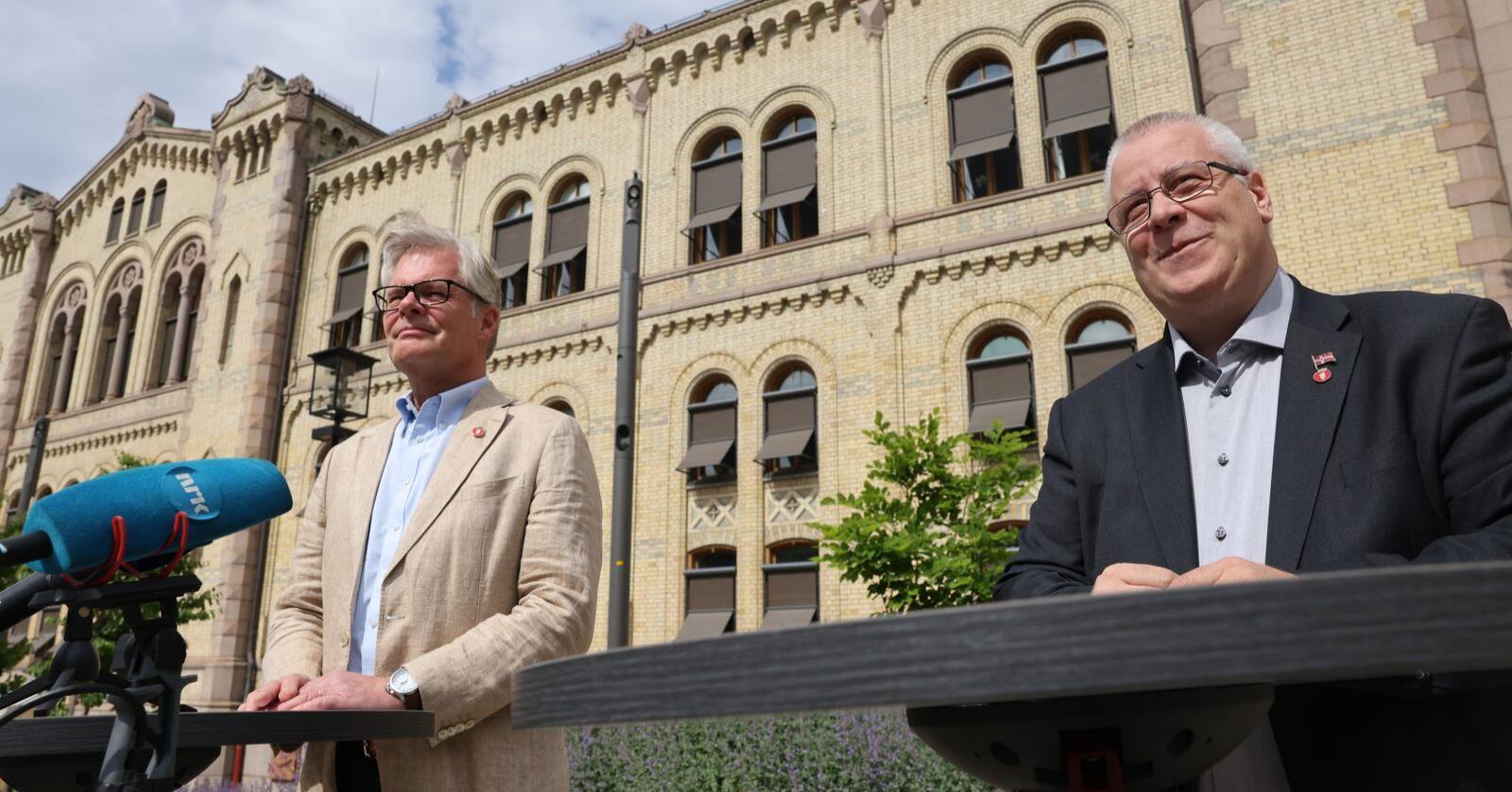 FrP holder pressekonferanse om revidert budsjett søndag ettermiddag, ved Hans Andreas Limi (t.v.) og Bård Hoksrud. Foto: Ørn Borgen / NTB