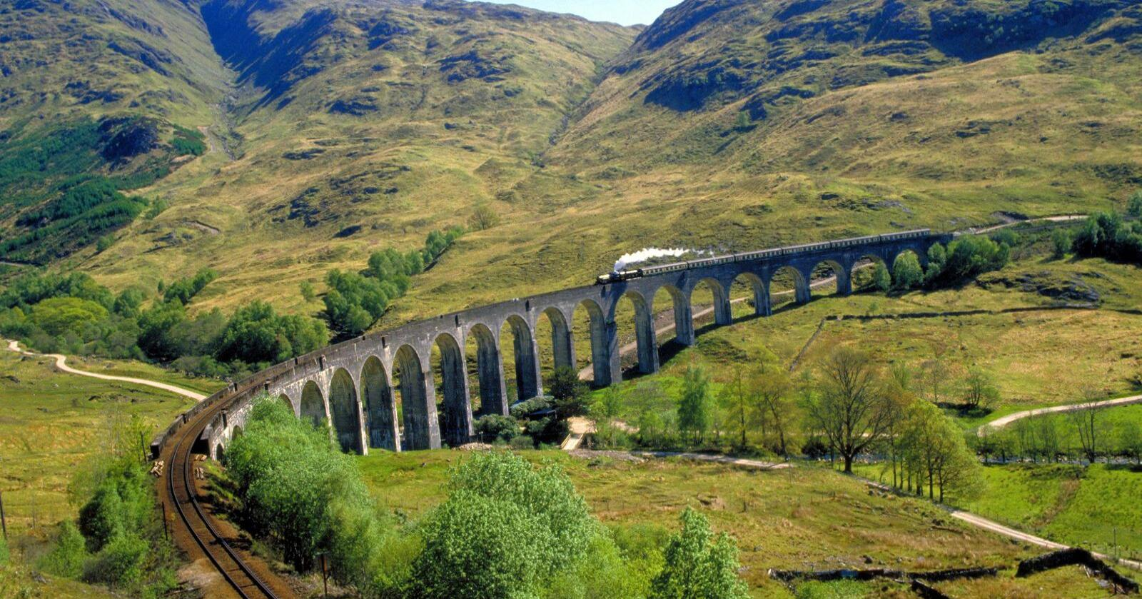 Denne jernbanebrua på West coast railway er vel kjent fra Harry Potter-filmene.  Foto: VisitBritain