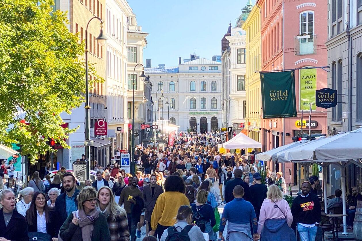 Karl Johans gate i Oslo er full av folk lørdag ettermiddag bare noe timer før koronarestriksjonene heves.Foto: Marianne Løvland / NTB