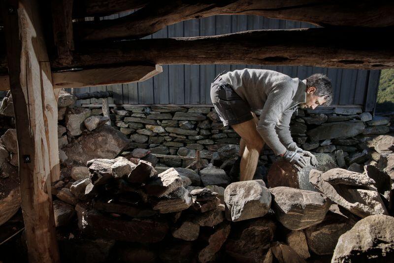Tørrmurer Chris Millar tar deg gjennom prinsippene for tørrmuring, trinn-for-trinn. Foto: Trygve Indrelid