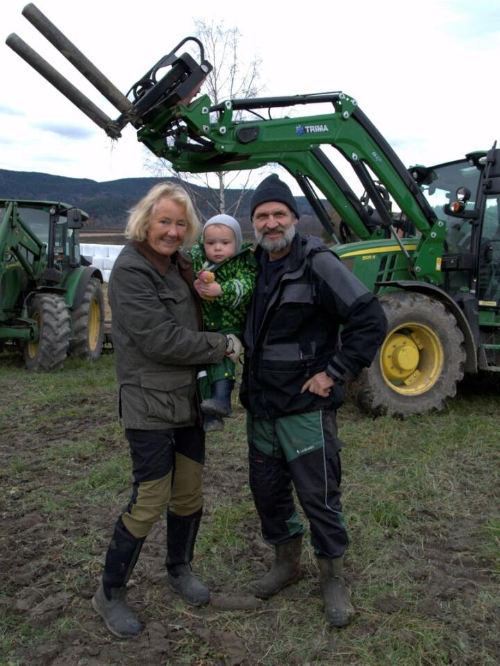 Grønt på Vestre Teien: Anne Helene Burdahl, Hans Kristian Teien, barnebarnet Brede og to av gårdens grønne på fire hjul.
