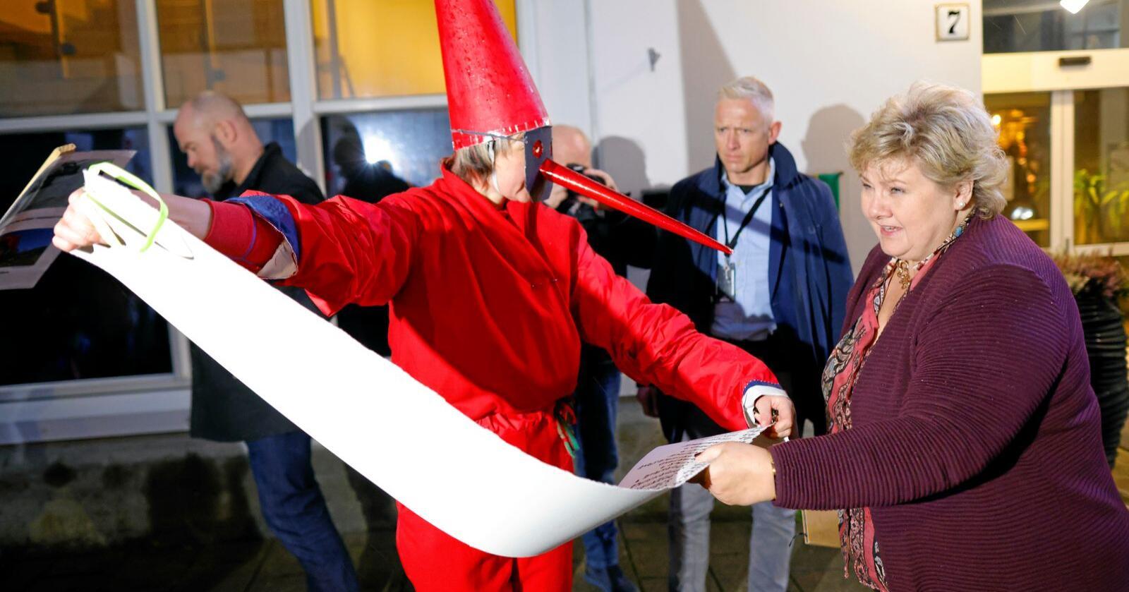 """Protesterer: Statsminister Erna Solberg møter aksjonsgruppa """"Nei til vindkraftverk på Haramsøya"""" i Ålesund. Foto: Svein Ove Ekornesvåg / NTB"""