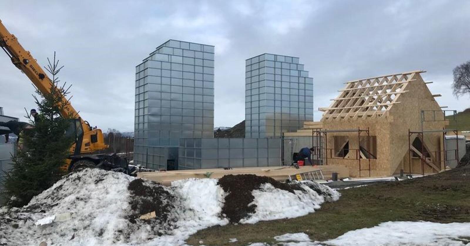 BYGGEPROSESS: Tørketårn og andre elementer ble løftet på plass av mobilkran under byggeprosessen. Foto: Privat