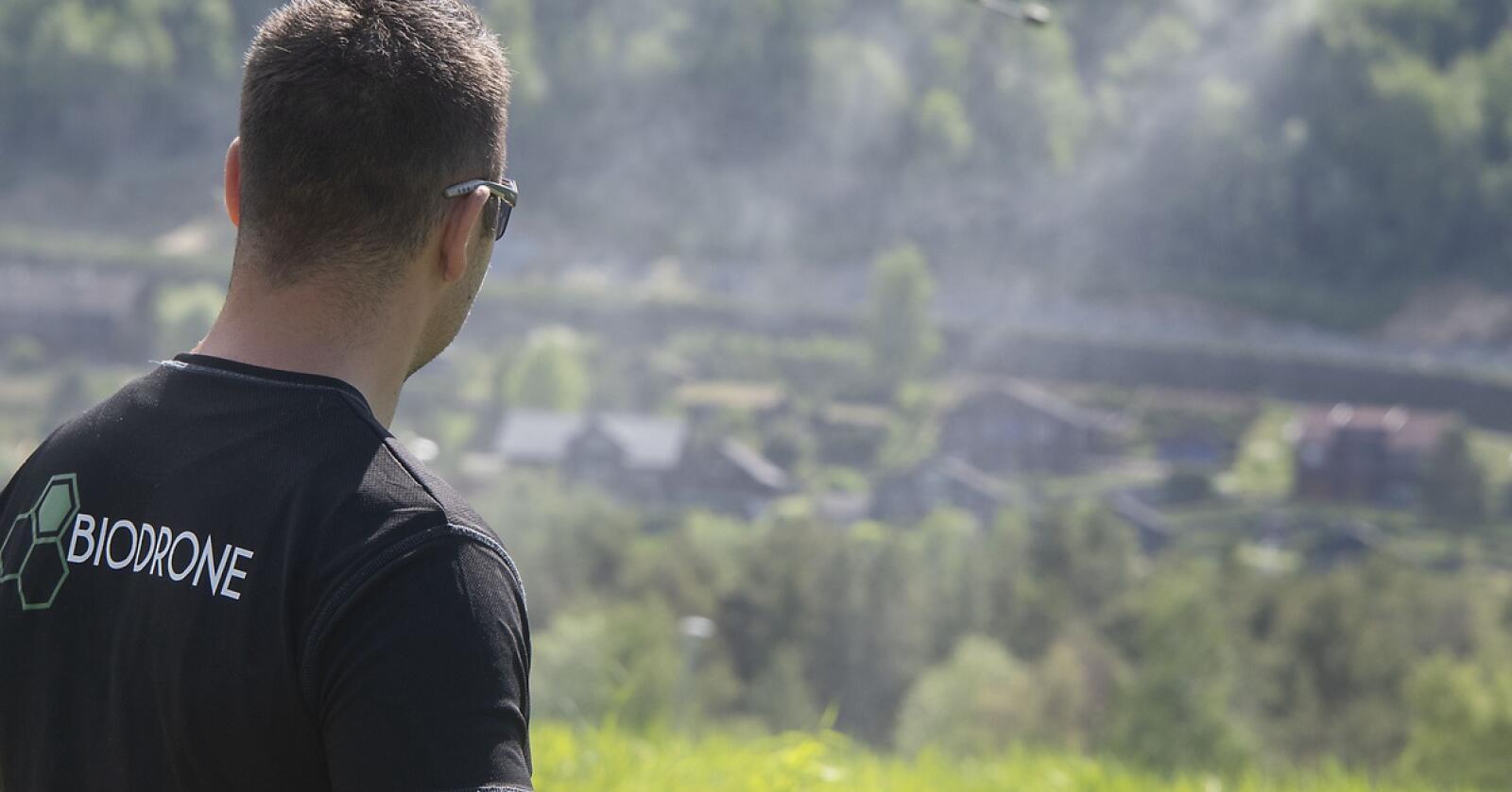 Droner er på full fart inn i landbruket og gjør såing, gjødsling og sprøyting mer bærekraftig, effektivt og miljøvennlig, sier Biodrione-leder Atilla Haugen. Foto: Bård Bårdløkken