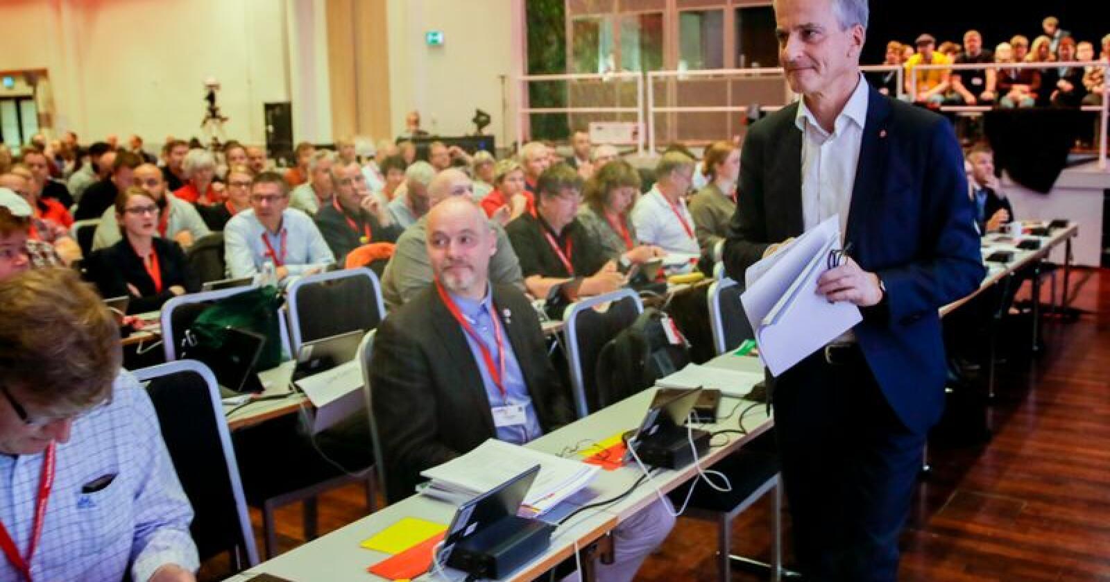 Ap-leder Jonas Gahr Støre var tirsdag på Arbeiderpartiets landsmøte for å samle støtte til EØS-avtalen, men fikk i stedet med seg krass kritikk om partiets kurs.Foto: Vidar Ruud / NTB scanpix