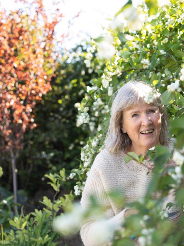 GODE OMGJEVNADER: - Det å vera i naturen og vera omgjeven av planter fyller oss med velvære på underfundig vis, seier psykolog Grethe Nordhelle.Foto: Ellen Johanne Jarli