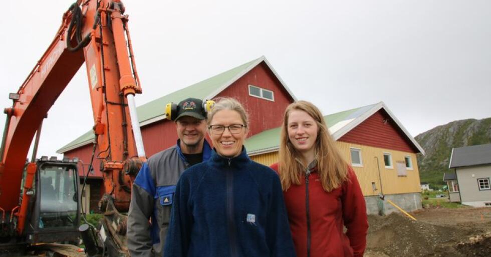 Klart for bygging: Lise og Birger Skreddernes driver gårdsbruk med melk og storfekjøtt i Bekkarfjord. Nå bygger de nytt fjøs til seks millioner kroner. Datteren Mina til høyre.