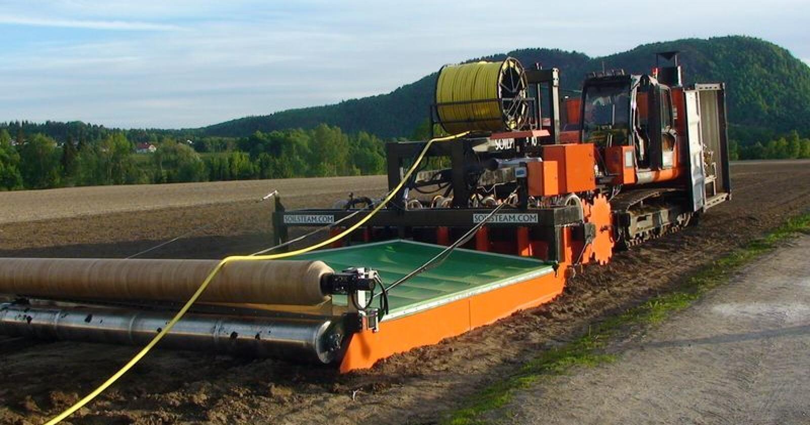 Heit: Soil Steam International damper jord opp til 80 grader 30 centimeter ned i bakken. Det sier de gir mer, sunnere og mer holdbar mat med mindre sprøytemidler. (Foto: Soil Steam International)