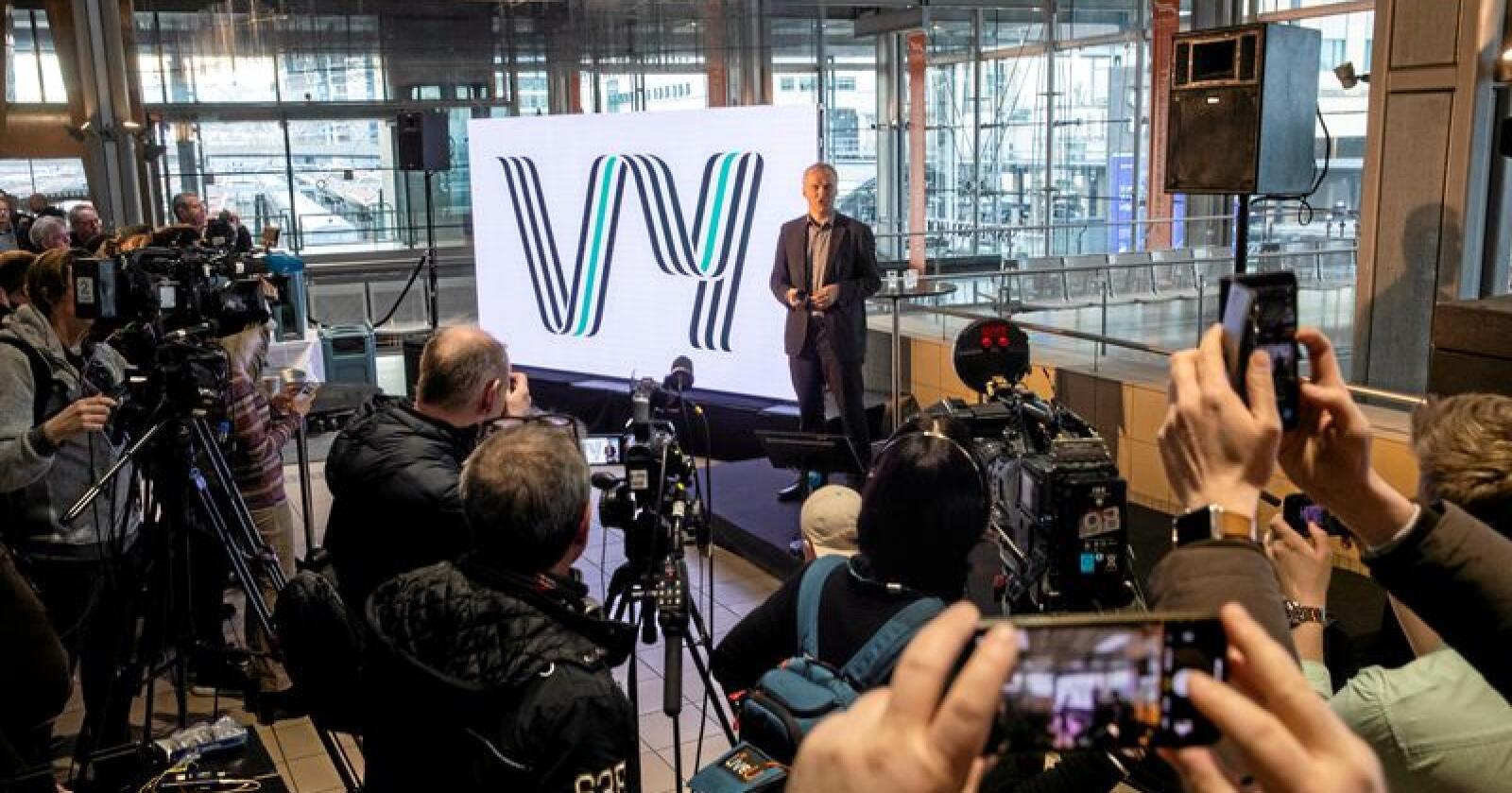 Privatisert språk: Konsernsjef i NSB Geir Isaksen legg fram nytt navn for NSB og Nettbuss. Foto: Berit Roald / NTB scanpix
