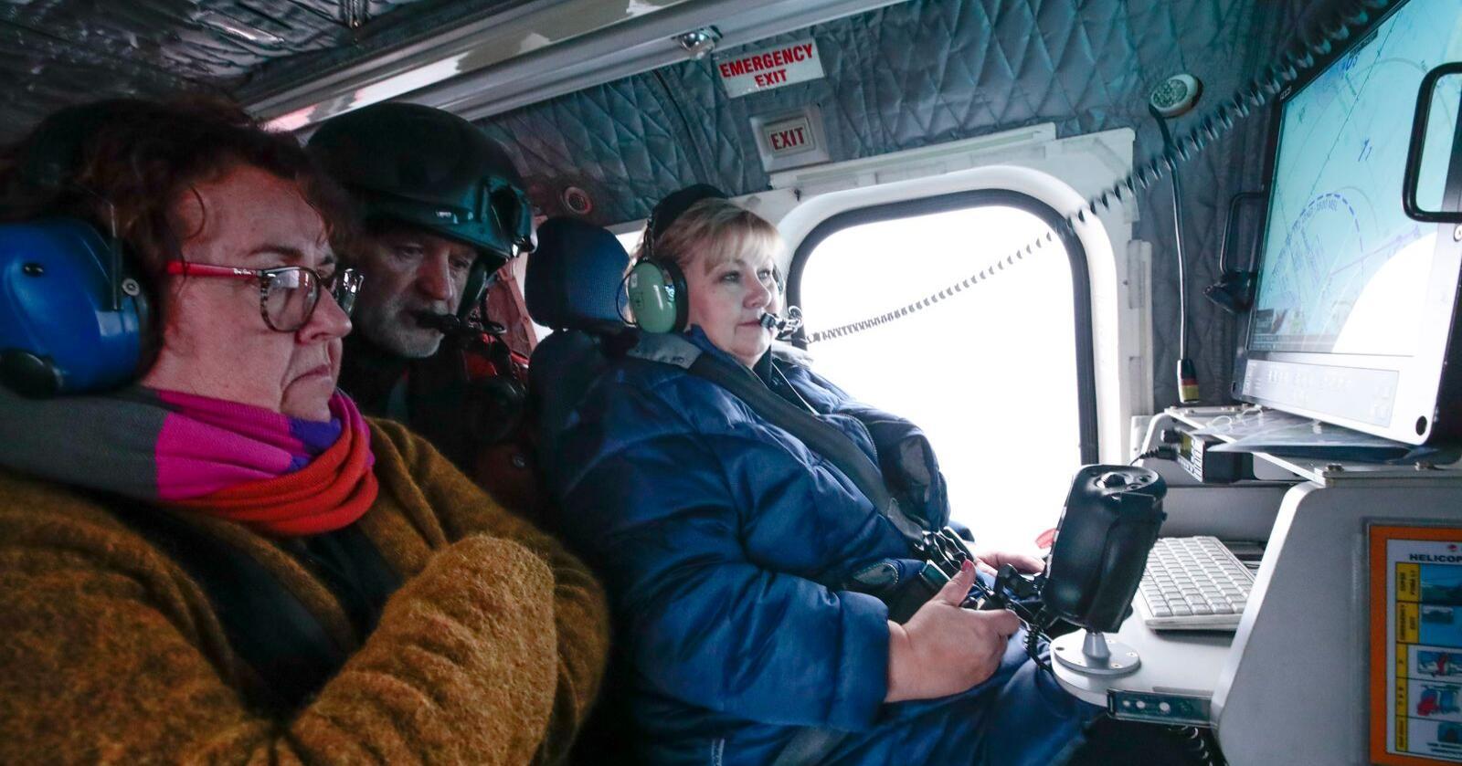 Statsminister Erna Solberg (H) (t.h.) og landbruks- og matminister Olaug V. Bollestad (KrF) på vei til MS Polarsyssel utenfor Svalbard i Sysselmannens helikopter. Foto: Lise Åserud / NTB scanpix