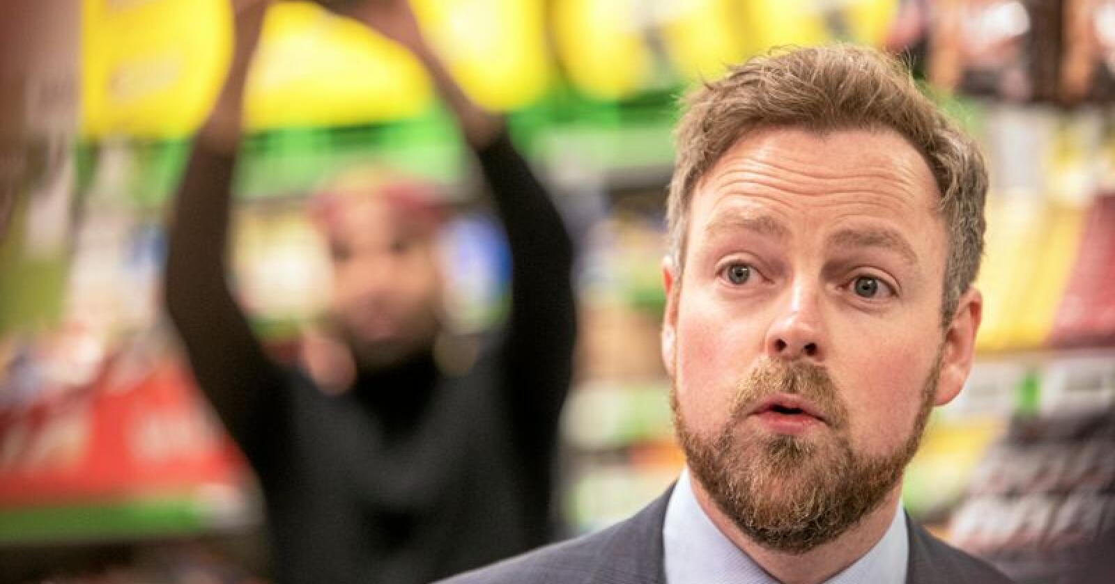 Næringsminister Torbjørn Røe Isaksen vil svare på hvilke tiltak som er nødvendig for å bedre konkurransen i dagligvarebransjen. Svarene skal komme i en stortingsmelding i løpet av denne stortingsperioden. Foto: Ole Berg-Rusten / NTB Scanpix