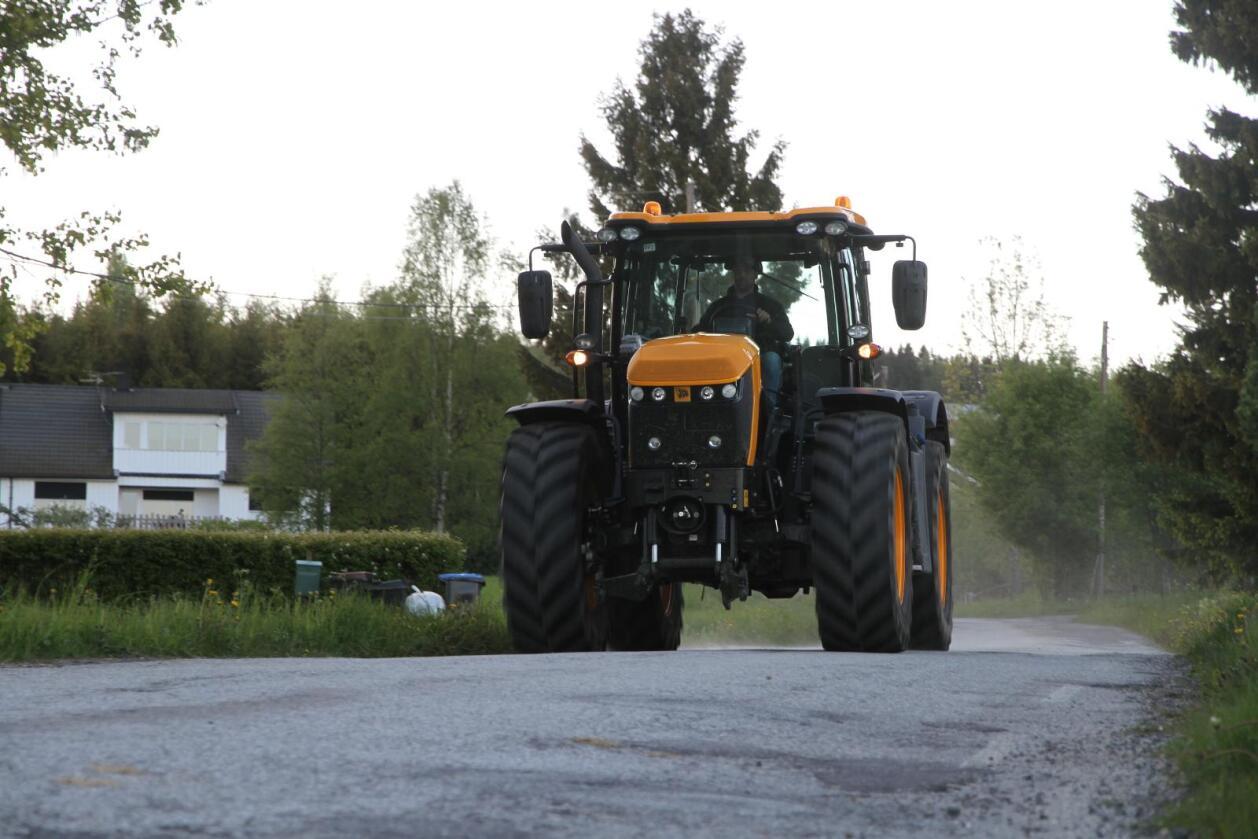 JCB står i disse dager uten fast norsk importør av sine Fastrac-traktorer. Importøren av JCBs anleggmaskiner, Rosendal Maskin, har imidlertid fått en midlertidig tillatelse til å selge, noe de allerede har benyttet ved eksempelvis selge et eksemplar av nykommeren 8330 til Feiring Bruk. Avbildet traktor er lillebror 4220. (Foto: Espen Syljuåsen)