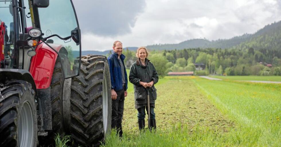 Satser på bedre jord: Kjell Erik Hildrum og Urte Hildrum har tro på at de vil få bedre jordkvalitet som følge av at de ikke pløyer jorda, bare freser i den og tilsetter melkesyrebakterier. Foto: Håvard Zeiner