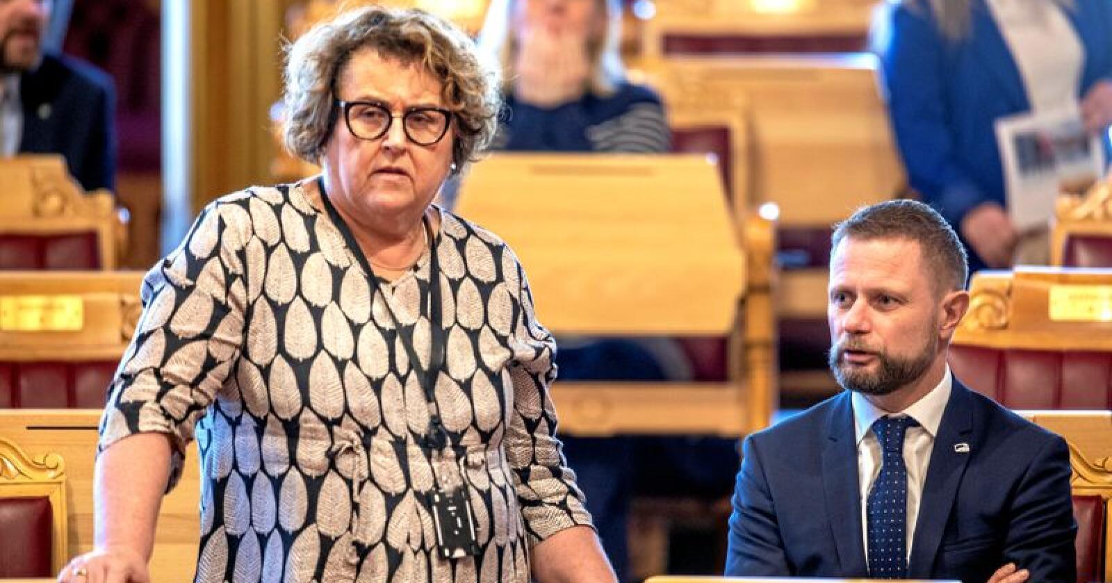 Landbruks- og matminister Olaug Bollestad (KrF) i Stortinget torsdag. Til høyre helseminister Bent Høie (H). Foto: Ole Berg-Rusten / NTB scanpix