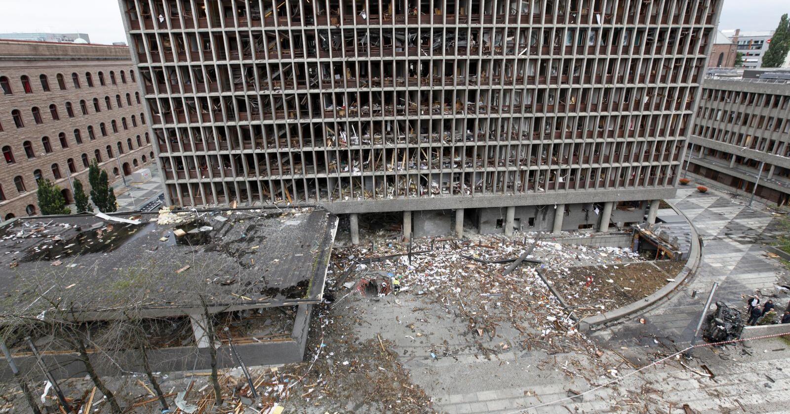 Bilde av Høyblokka i regjeringskvartalet tatt 23. juli 2011, dagen etter at bomben gikk av. Midt i bildet ses hullet hvor bombebilen var plassert. Foto: Grete Waltoft/ KRIPOS/ Scanpix