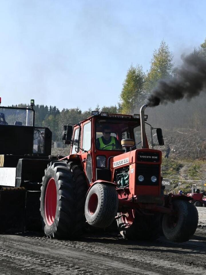 700 turbo: Denne klassikeren, en Volvo 700 turbo, har vært brukt til traktorpulling lenge. Fortsatt biter den godt ifra seg, med Even Grini bak rattet.