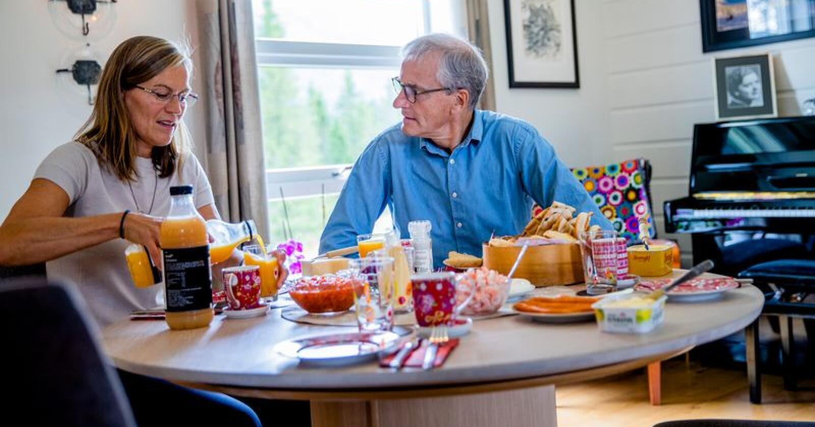Ap-leder Jonas Gahr Støre fikk servert lunsj av ordførerkandidat Mette Varem i Hemnes kommune. Foto: Stian Lysberg Solum / NTB scanpix