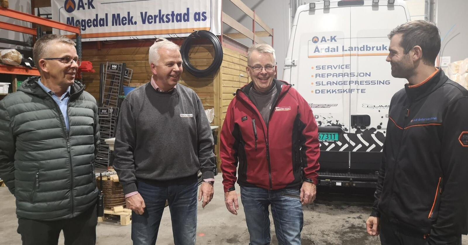 Sterkare saman: Werner Bakka, dagleg leiar i Møgedal, Leif Bakka, Geir Bakka og dagleg leiar i Årdal Landbruk, Stian Vadla. Foto: Judith Sørhus Litlehamar