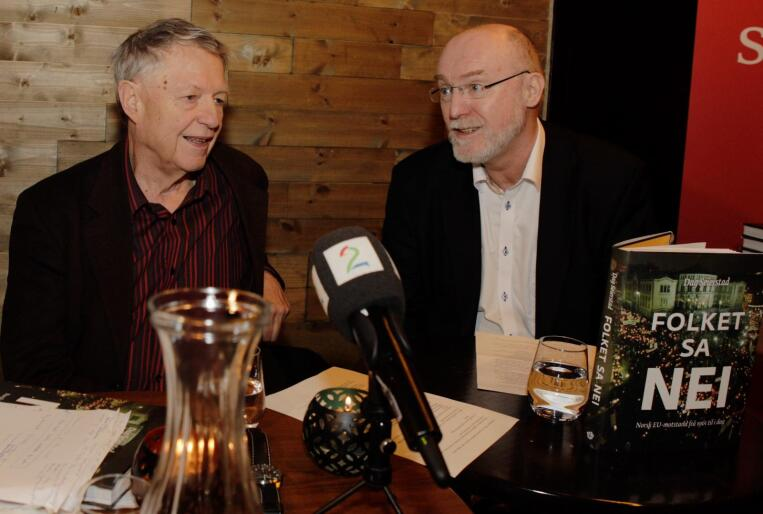 Dag Seierstad og Bernt Aardal under lanseringen av boken «Folket sa nei». Fredag er det 20 år siden den siste folkeavstemningen om norsk EU-medlemskap. Foto: Torstein Bøe / NTB scanpix