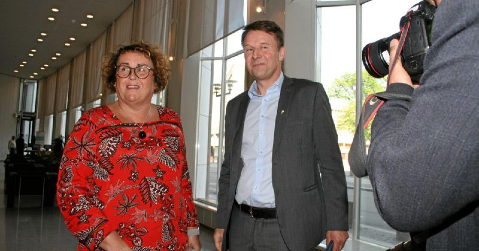 KrF-statsråd: For første gong på 20 år har KrF, ved Olaug Bollestad (t.v.), landbruks- og matminister-posten under jordbruksforhandlingane. Her saman med Lars Petter Bartnes (t.h.), leiar i Norges Bondelag, før framlegginga av jordbruksavtalen torsdag. Foto: Bjarne Bekkeheien Aase